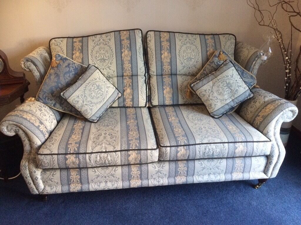 3 seater seatee mahogany caster legs excellent condition