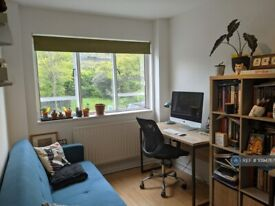 2 bedroom flat in Frensham Court, London, N5 (2 bed) (#1094767)