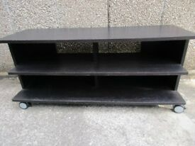 BLACK WOOD TV UNIT CAN BE USED WITH OR WITHOUT CASTORS GOOD CONDITION