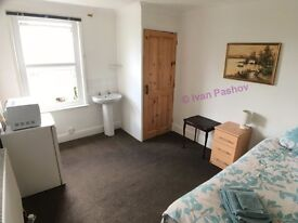 Furnished Double Room With Garden View * 7 Min Walk to Town * Fibre WiFi * Quiet & Clean Home :)