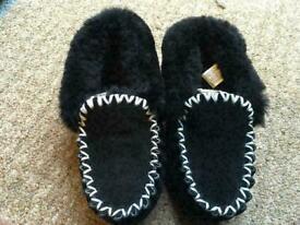 bfc4d0cd56d3 Ladies Uggs Australia Alena Black Fur Suede Slippers Womens Size 2.5 35  brand new £