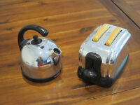 Toaster and kettle playset with 2 slices of toast
