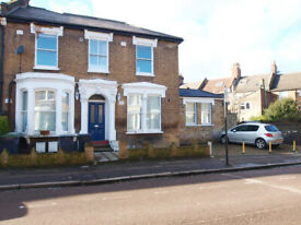 A stunning top floor 2 bedroom 2 bathroom flat on a quiet residential road in Finsbury Park
