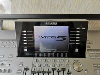 Tyros 5 76 Note Keyboard with speakers, L7 stand, cover and fully loaded flash drive