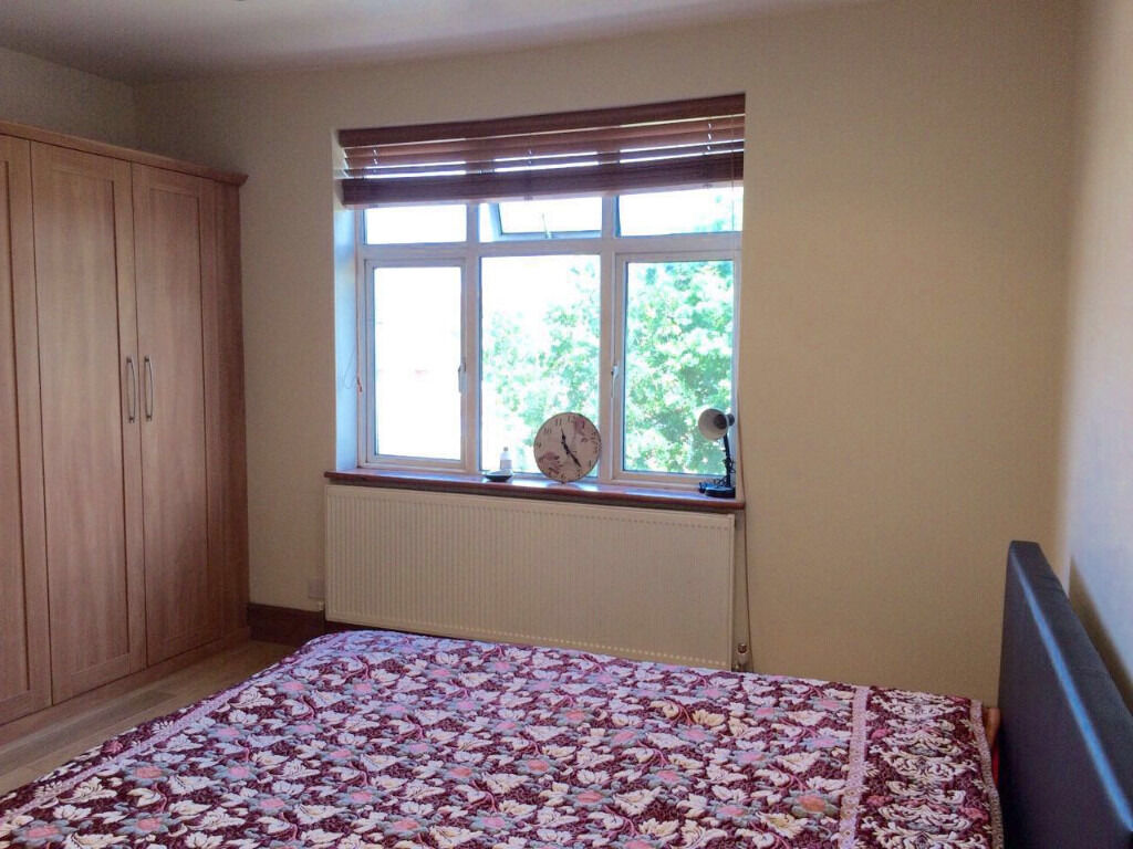 Beautiful 3 bed flat Redbridge Station All Bills Inclusive