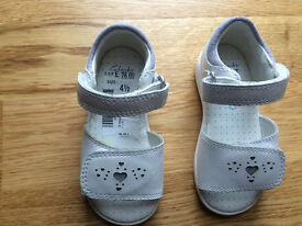 CLARKS FIRST SHOES children girls white leather sandals size 4 1/2 F infant New condition