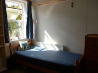 Nice, bright room with mini-kitchen in friendly house 5 min walk MIDDX Uni BILLS INCL