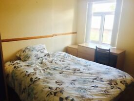 Cosy double bed room in a shared house with lovely garden in Mount Prospect Park