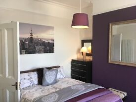3 large double rooms in renovated villa Torquay Town centre . Available now for discerning adults