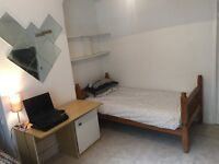 Place to SHARE a Large TWIN ROOM in Central London With an Italian Man in His 20s. Only £100 Deposit