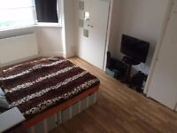 Spacious sunny double room, clean house with great location, Mitcham-Tooting
