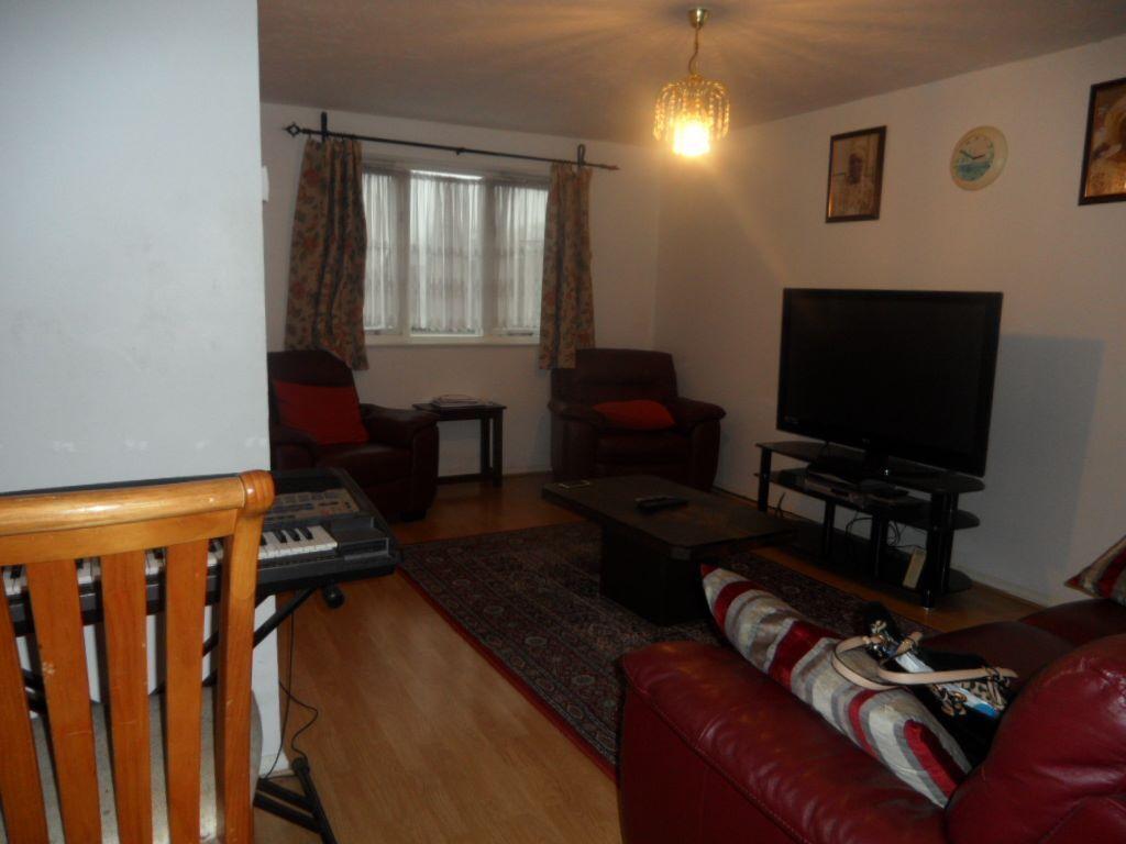 Lovely FOUR Bedroom Semi-Detached House in Dagenham RM10, Essex