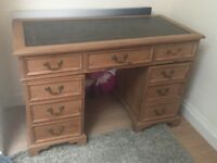 Vintage Traditional Desk in Good Condition