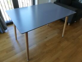 Extendable 4-6 seater dining table