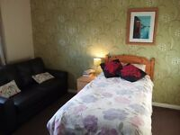 Large, Airy Room in Modern 4-bed house. Parking. All Bills incl. Nr Upminster. No Agency fees