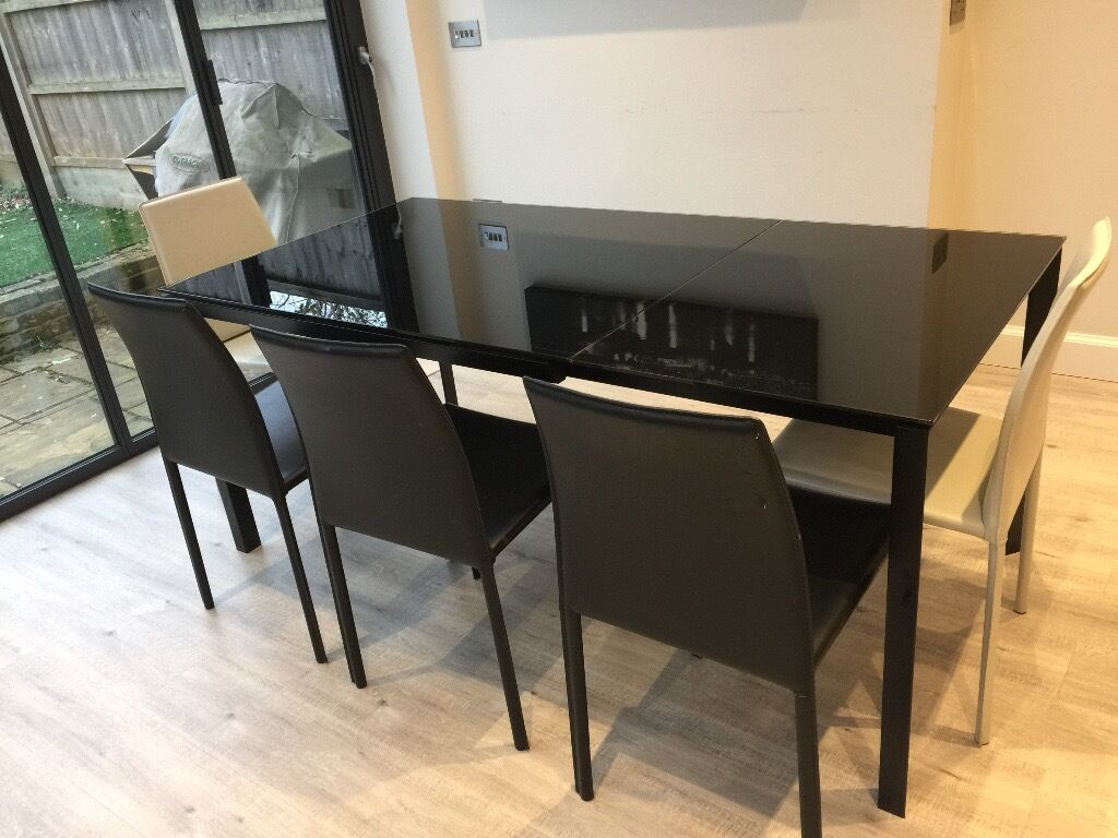 Habitat 4 8 Seater Black Glass Extending Dining Table In Fantastic Condition At Great Price
