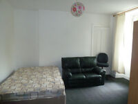 Bedsit in Kelvinbridge for rent, own cooking facilities shared refurbished shower room and toilet