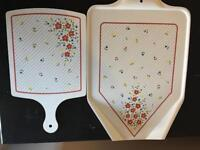 PAIR OF MATCHING TRAY AND CHOPPING BOARD MULTICOLOURED FLORAL DESIGN PLASTIC MELAMINE