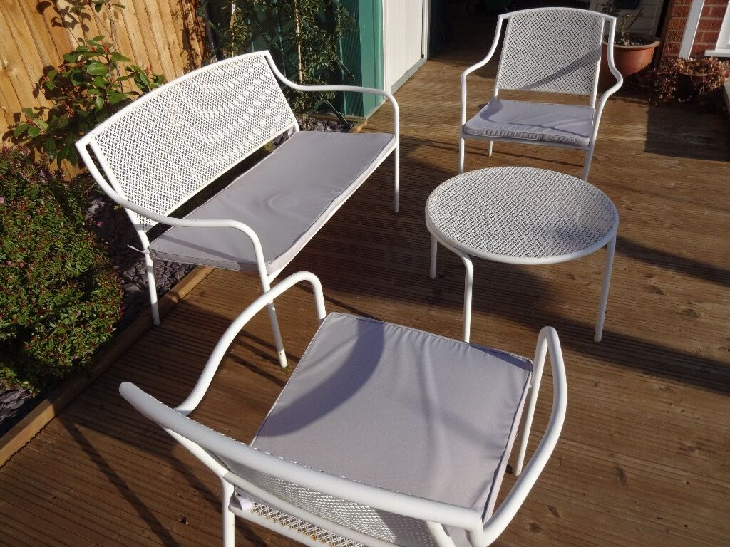 White metal garden furniture set with cushions