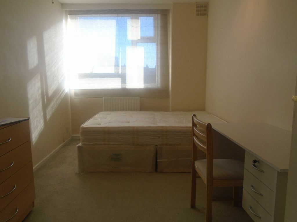 A lovely good double size room is available to let in central London in Zone 1 !!!!!!!!1