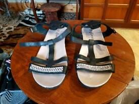 Blk twinkly sandals sz 5