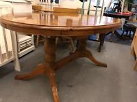 Solid pine cottage style extending dining table & 6 chairs (2 are carver style)