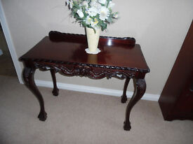 Beautiful Queen Anne style mahogany finish hall table