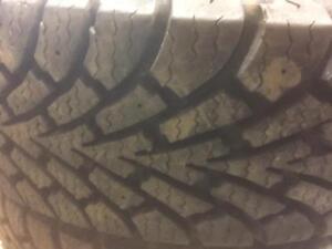 "4 pneus d""hiver presque neuf, goodyear, Nordic Winter, 185/70/14, 0% d'usure, mesure 10-11-11-12/32."