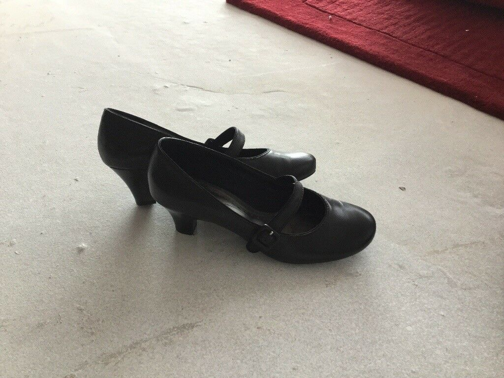 Ladies Clarks Black Leather size 6 shoes.Brand new.