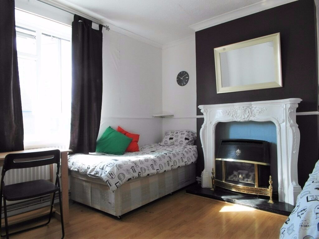 Twin room available in Bromley by bow staation. £200pw all incl