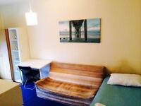 LOVELY HUGE DOUBLE/TWIN ROOM, 3 MNTS WALK CANNING TOWN, 10 MNTS TUBE OXFORD ST, STRATFORD, ZONE 2, F
