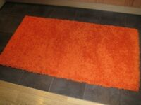 Orange Shaggy rug. as new, size 80 x 120 .