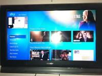 """Sony 32"""" LCD Television KDL-32L4000 with tv wall bracket"""