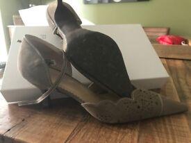 Ladies kitten heeled shoe