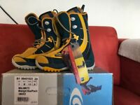 Boys salomon snowboard boots and bindings size 4/5 brand new in box