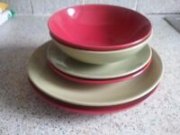 8 place Dinner service Red and Green.
