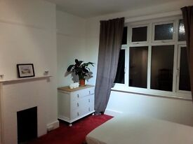 WORCESTER PARK LARGE SUNNY DOUBLE ROOM TO LET - AVAIL NOW!