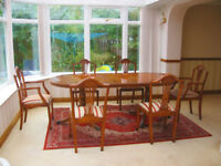 ELEGANT - SOLID YEW WOOD DINING TABLE & 6 CHAIRS (4 CHAIRS & 2 CARVER CHAIRS) IN EXCELLENT CONDITION
