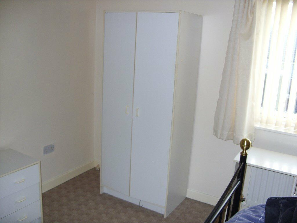 Single white wardrobe exellent condition ( Pick up only )