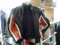 FINE QUALITY MENS MOTORCYCLE LEATHER JACKET - IN EXCELLENT CONDITION - SIZE LARGE - CAN BE POSTED