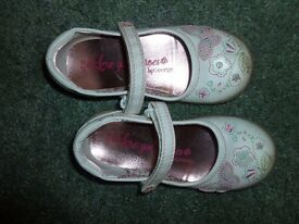 Girls size 8 george white shoes with butterflies *** £2 ***