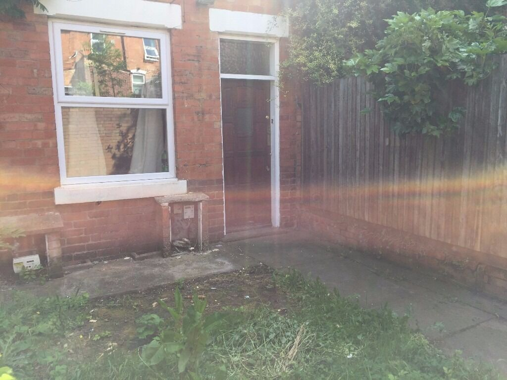 THREE BEDROOM HOUSE TO RENT ** OVER LOOKING CANON HILL PARK ** MYRTLE PLACE OFF PERSHORE ROAD *CALL