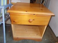 A PINE SINGLE DRAWER BEDSIDE CABINET