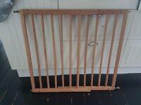 Wooden adjustable stair gate