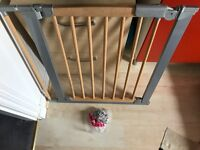 Avantguard Baby Safety Gate, beech wood, steel and plastic fitting in great condition.
