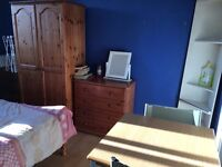 large double room to let @ E1 2NJ all bills inclusive excellent location available Monday near city!