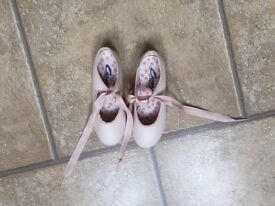 Girls light pink tap shoes size 11 good condition