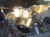 Drum kit full silver and gold compact, neat & tidy. A little gem.