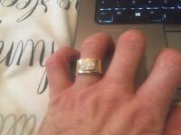 Gawjus solid 9ct gold ring . 11 Grammes - brand new - never worn . Cost £450