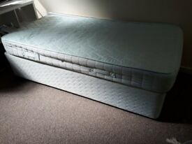 Single bed (good condition - bargain price)